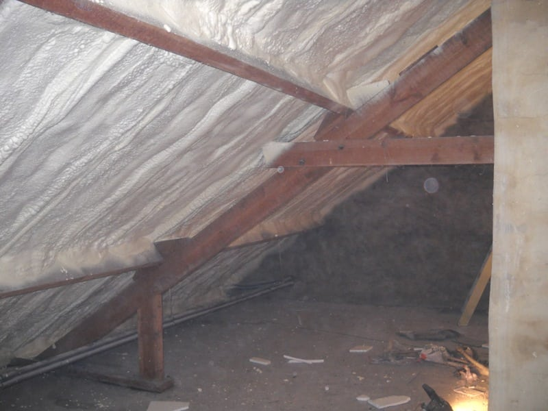Isolatiemateriaal aan de binnenkant van het dak