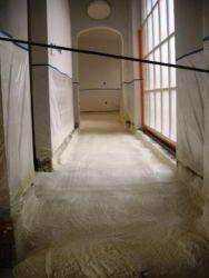 Het gespoten vloerschuim is op dikte, klaar om te schuren voor vloerverwarming