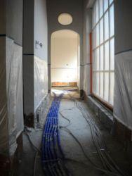 Vloerisolatie: bepleisterde muren worden afgeplakt tot 1m hoogte