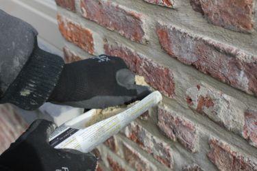 Achteraf, wanneer de muur na-geïsoleerd werd met purschuim worden ze dichtgevoegd