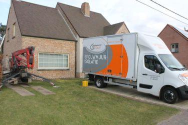 De vrachtwagen staat opgesteld, klaar om voor een spouwmuurisolatie met polyurethaan schuim