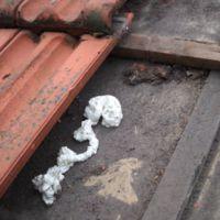 Het dak wordt vrijgemaakt voor de injectie van het isolatiemateriaal